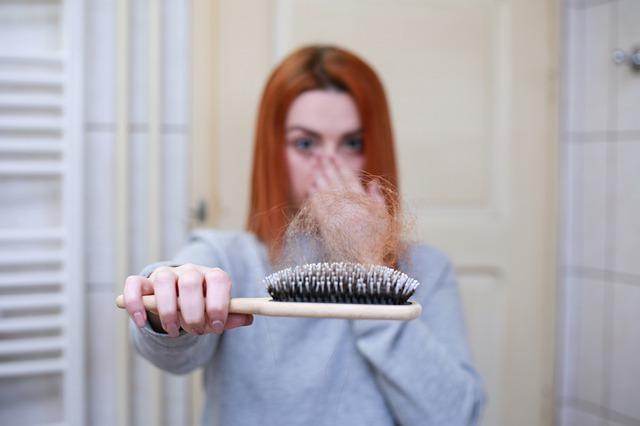 נוטלים מינוקסידיל לטיפול בנשירת שיער? כדאי שתכירו גם את תופעות הלוואי